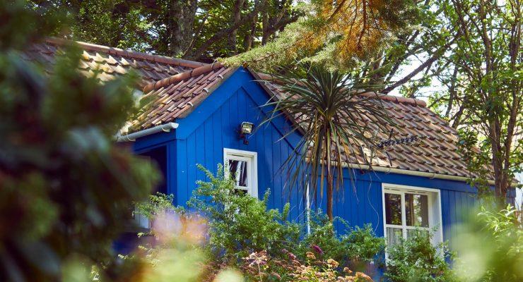 Blåt og brunt træhus i udlandet