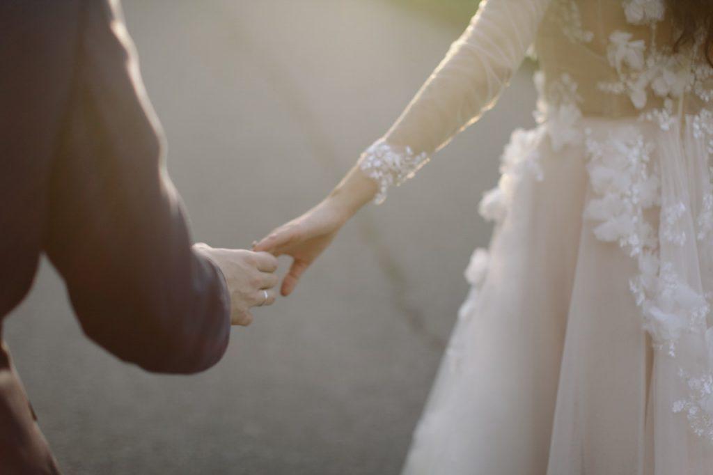 Mand holder i hånd med dame der skal giftes