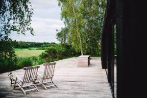 Moderne sommerhus med træ terrasse