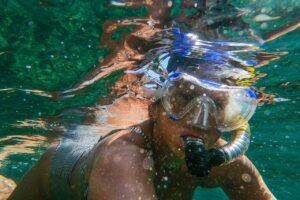 Person dykker med dykkermaske