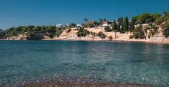 Spansk strand med blåt vand