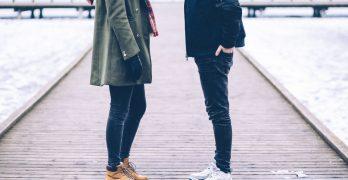 To personer i forhold går med stilet tøj
