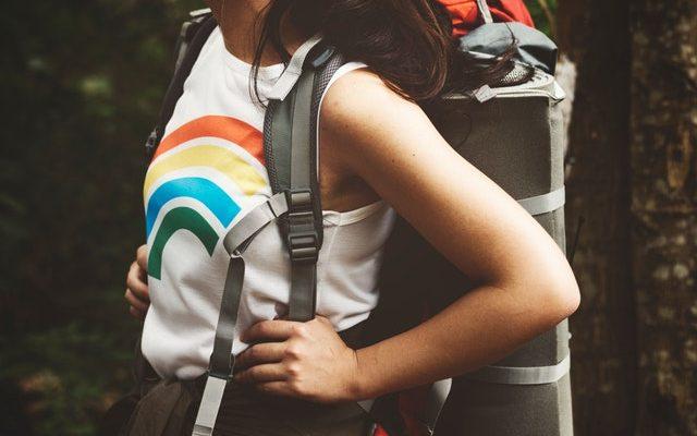 kvinde på vandretur