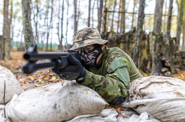 Tag ud i skoven, og nyd mange timers underholdning med luftvåben